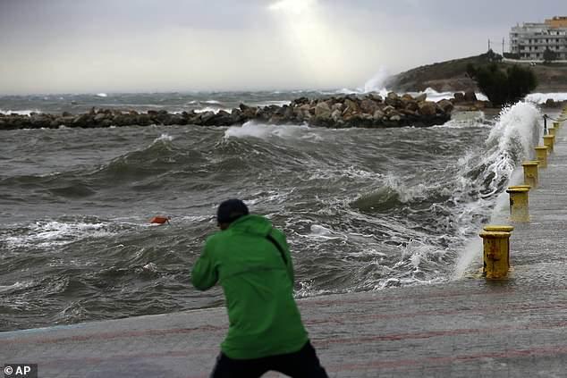 ظاهرة أرصاد جوية تحدث مرة أو مرتين سنوياً...إعصار في البحر المتوسط يمكن أن يشكل أمواجاً بارتفاع 11 متراً