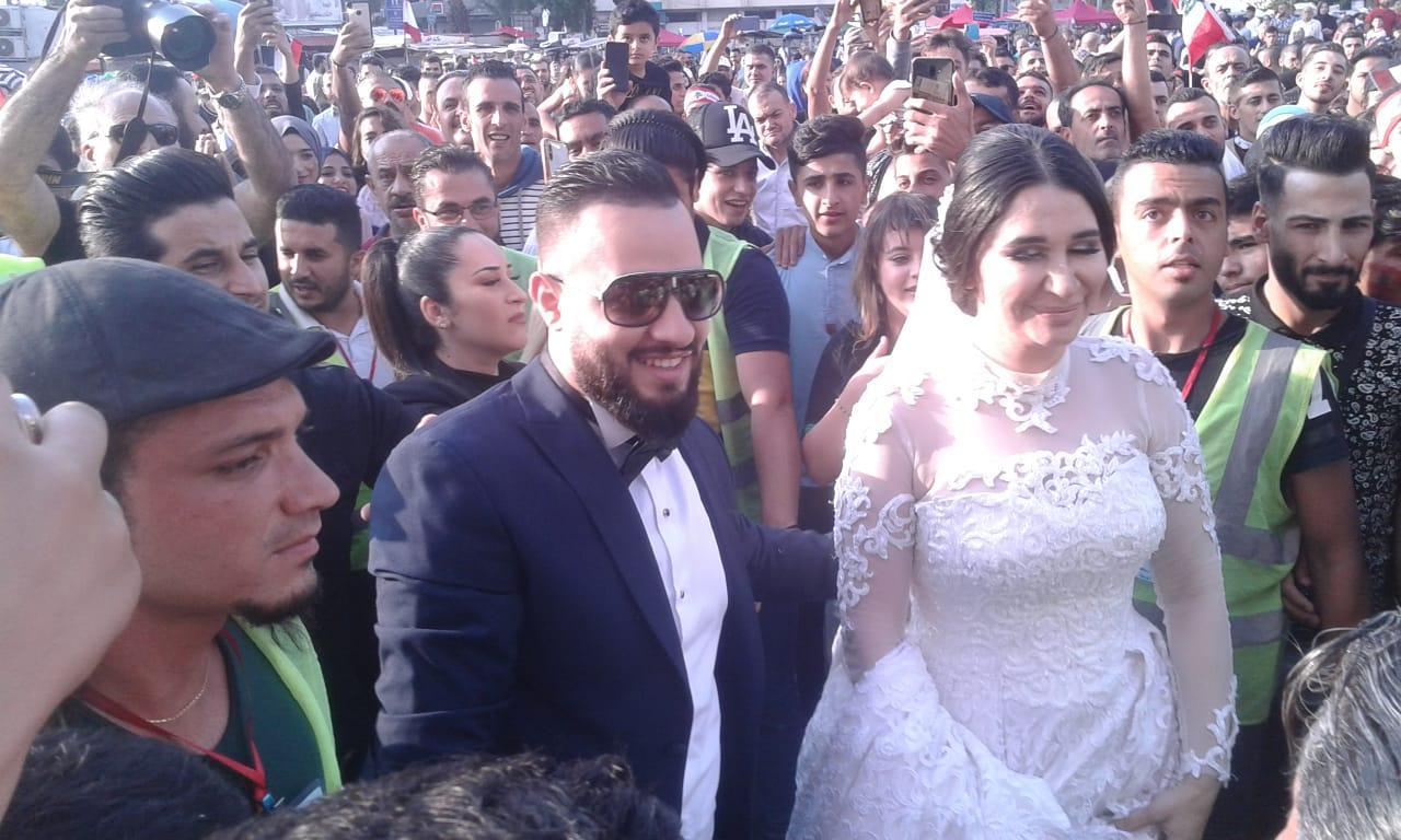 عروسان ينضمان إلى المحتجين في ساحة النور بطرابلس