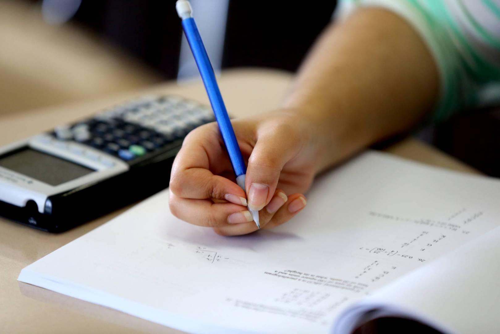 وزير التربية يرفض السماح لطالبة تعاني من شلل نصفي بإجراء الإمتحان في الطابق الأرضي لأنه غير مجهز بكاميرات