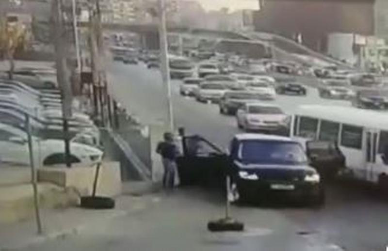 """بالفيديو/ """"مطاردة هوليوودية"""" في لبنان.. عدد من الشبان خطفوا راكب باص ثم ضربوه وسلبوه!"""