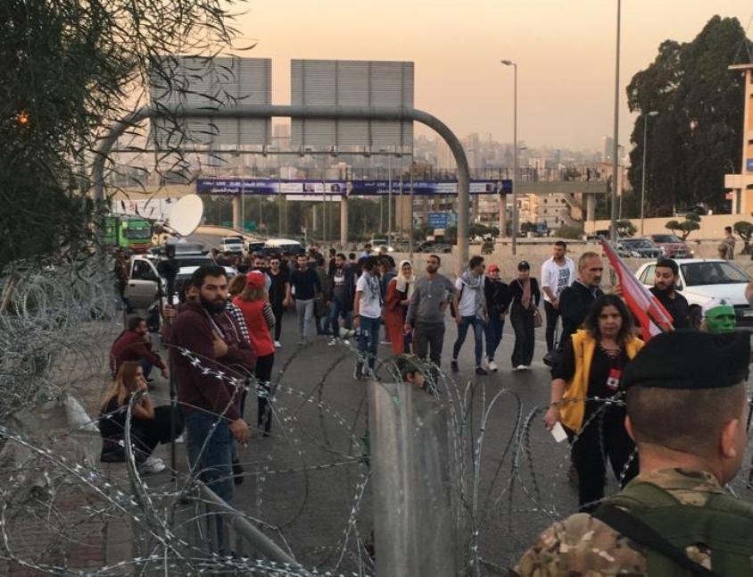 الوكالة الوطنية: القوى الامنية تمنع انضمام اي متظاهر جديد الى المجموعات الموجودة على طريق بعبدا