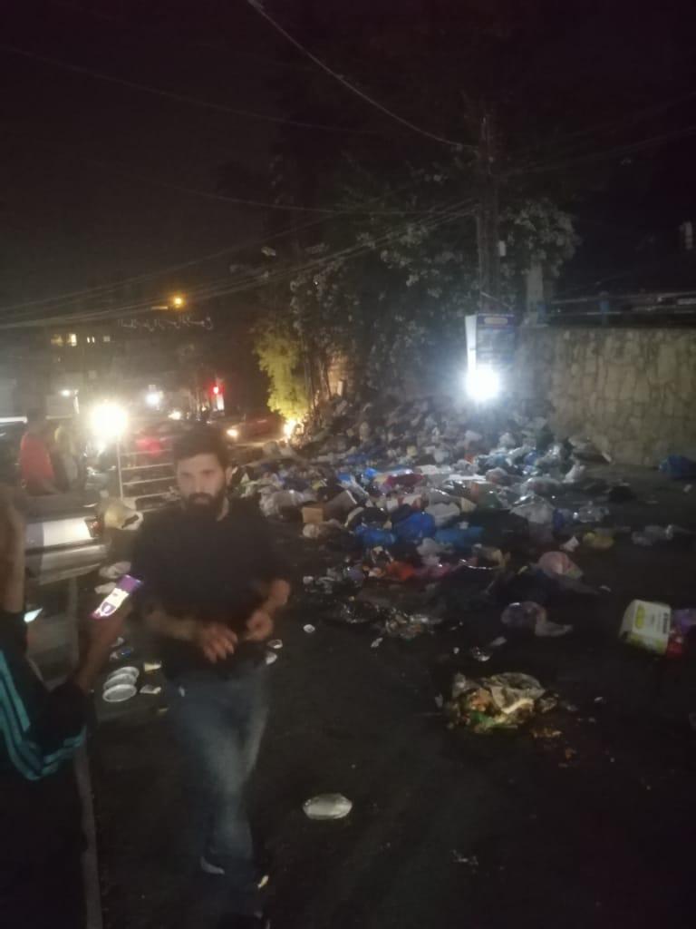 بالفيديو/  شبان أفرغوا النفايات على الطريق العام بين حاروف والنبطية احتجاجا على عدم جمع النفايات