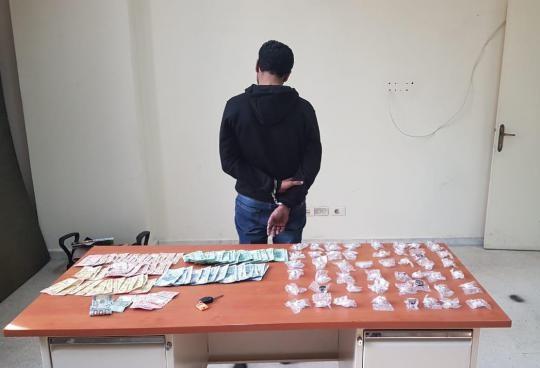"""نتيجةً للمتابعة... """"المعلومات"""" توقف مروج مخدرات في منطقة ساحل الشوف وتضبط بحوزته كوكايين ونقود"""