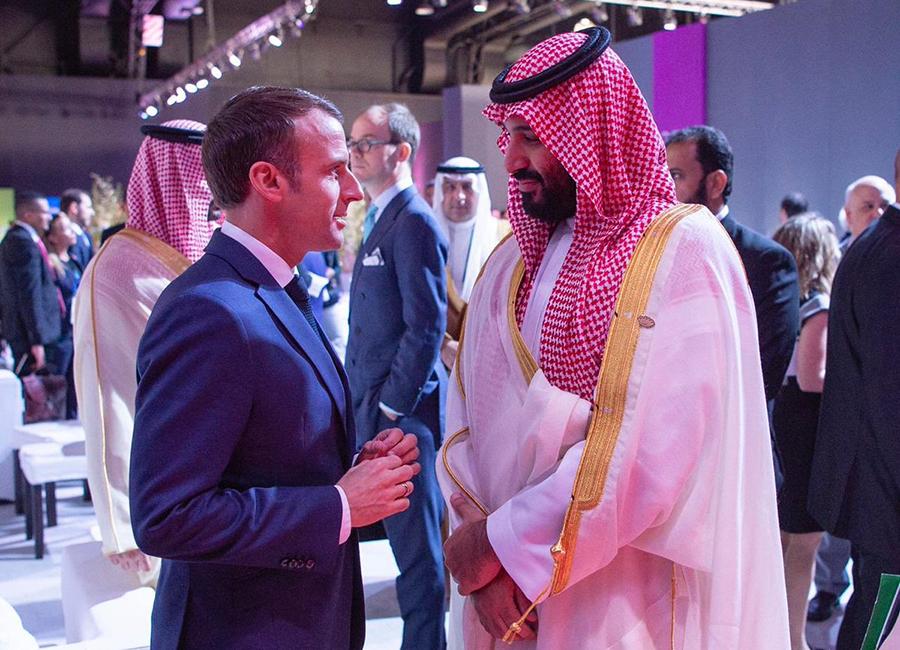 """بالفيديو/ الرئيس الفرنسي ماكرون يهمس لولي العهد السعودي محمد بن سلمان: """"أنت لا تنصت لي مطلقاً"""""""