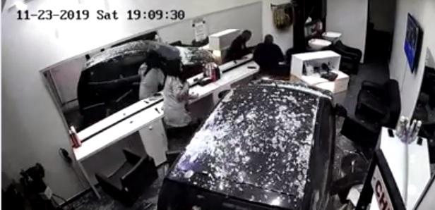 بالفيديو/ سيارة تقتحم صالون حلاقة نسائي في الجديدة - المتن، ولم يعرف سبب الحادث ويبين بالفيديو الهلع الذي أصاب أفراد المحل