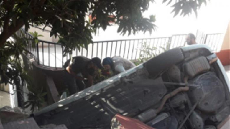 بالصورة/ اصابة ام وابنتها بانقلاب سيارتهما الى داخل احد المنازل في حي الراهبات في النبطية