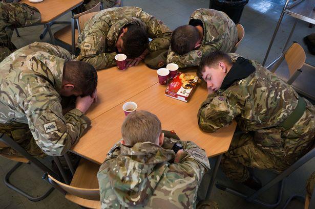 """حل مشكلة """"الأرق"""" باتباع أسلوب الجيش الأميركي..ستنامون في 120 ثانية !"""
