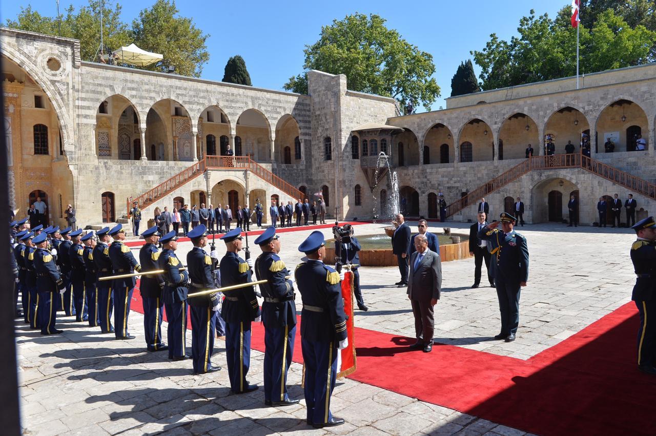 بالفيديو/  هكذا تم استقبال الرئيس عون في المقر الرئاسي الصيفي في قصر بيت الدين