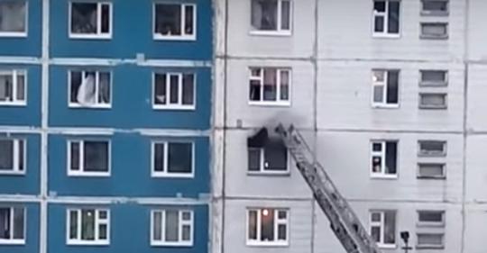 بالفيديو/ عملية إنقاذ من حريق تحبس الأنفاس...سحب الفتاة بنفسه من شباك الطابق الخامس للسادس