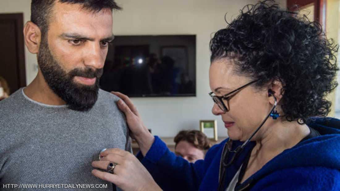 بالصور/ من بلغاريا الى تركيا...أم تستمع إلى نبضات قلب ابنها المتوفى الذي تبرع بجميع اعضائه في جسد شاب اخر