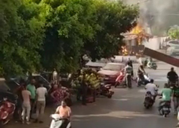 بالفيديو/  إحراق مقهى في طريق الجديدة على خليفة إشكال الأمس