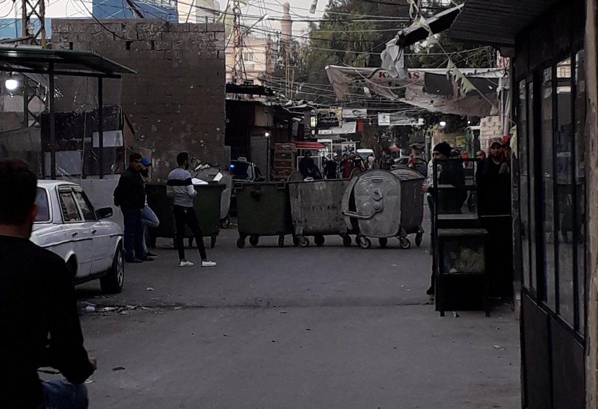 في مخيم عين الحلوة... ضرب سكين، إطلاق النار وإغلاق شارع احتجاجاً!