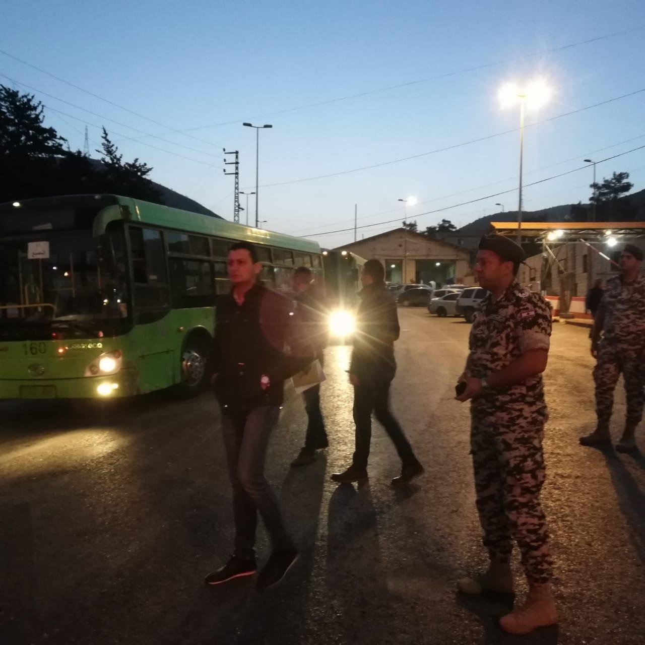 1100 نازح سوري يغادرون لبنان عند نقطة المصنع بمؤازرة الأمن العام