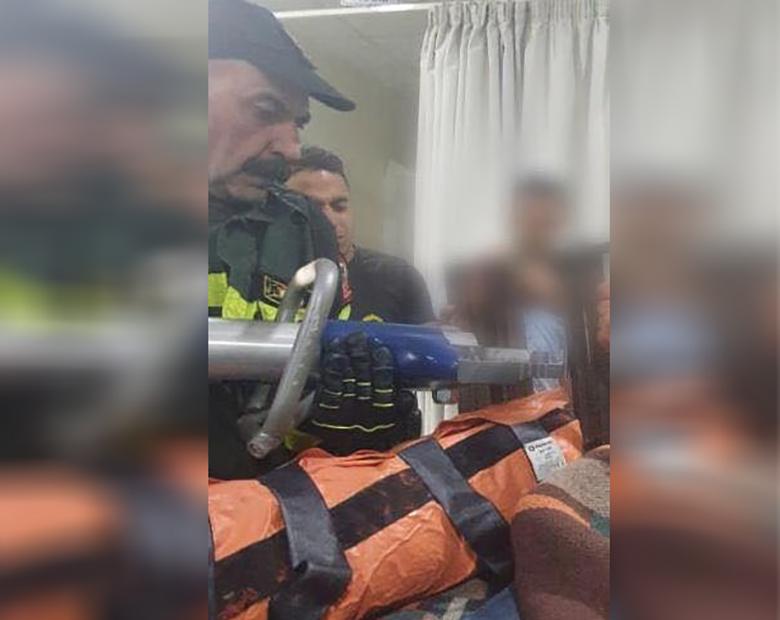 علقت قدمه بين الأصابع الحديدية لغطاء إحدى قنوات الصرف الصحي...إنقاذ عامل سوري في قبرشمون