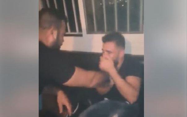 بالفيديو/ شرطي من بلدية عرمون يعتدي بالضرب على شاب سوري متهما إياه بالارهاب