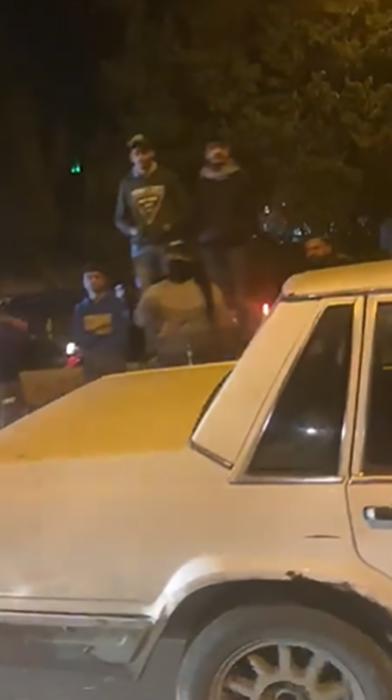 بالفيديو/ قاطعوا الطرقات في محلة الناعمة قاموا بشتم عدد من المواطنين ومراشقة بعضهم بالحجارة اثناء فتح الطريق بعد 4 ساعات من اقفالها