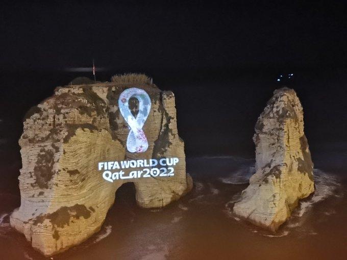 بالصور/ إطلاق شعار كأس العالم قطر 2022 على صخرة الروشة... كانت واحدة من 24 دولة في العالم ظهر فيها الشعار في وقت واحد