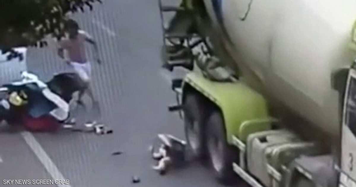 """بالفيديو/ اللي إلو عمر ما بتقتلو شدة..سيدة تنجو من الموت بأعجوبة بعدما مرت شاحنة من فوق رأسها..""""لقد أنقذت الخوذة حياتي"""""""