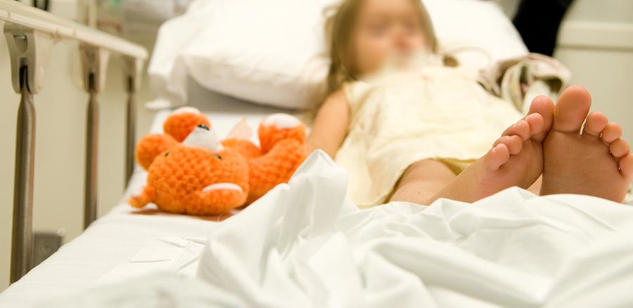 طفلة تعرضت لعضة حيوان مفترس في بلاط...أصيبت بجروح عدة في وجهها ويديها