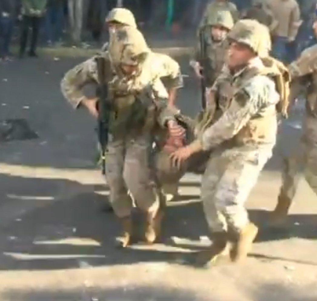 بالفيديو/  اصابة 4 عسكريين بجروح في كورنيش المزرعة جراء القاء محتجين الحجارة عليهم... وتعزيزات عسكرية اضافية وصلت الى المكان