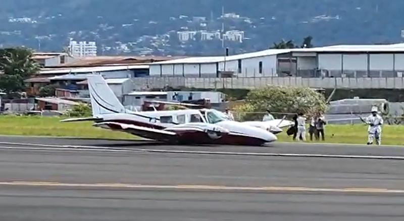 بالفيديو/ هبوط جنوني لطائرة دون عجلات! هبطت على المدرج ثم انعطفت وتوقفت حيث رجال الإنقاذ بانتظارها