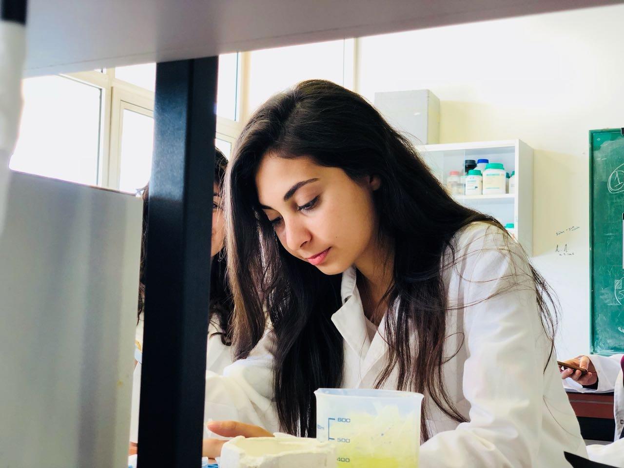 """الشابة """"رنا صميدة"""" تتفوق في فرنسا... خريجة """"اللبنانية"""" حققت المرتبة الاولى على دفعتها في الماستر 1 (Biologie - Santé) في جامعة ستراسبورغ"""