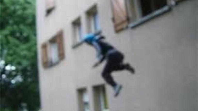 """سارق سيّء الحظ...تفاجأ بالناطور أثناء سرقته لـ""""فيلا"""" فقفز من النافذة وكسر ضلوعه وألقي القبض عليه متلبّساً!"""