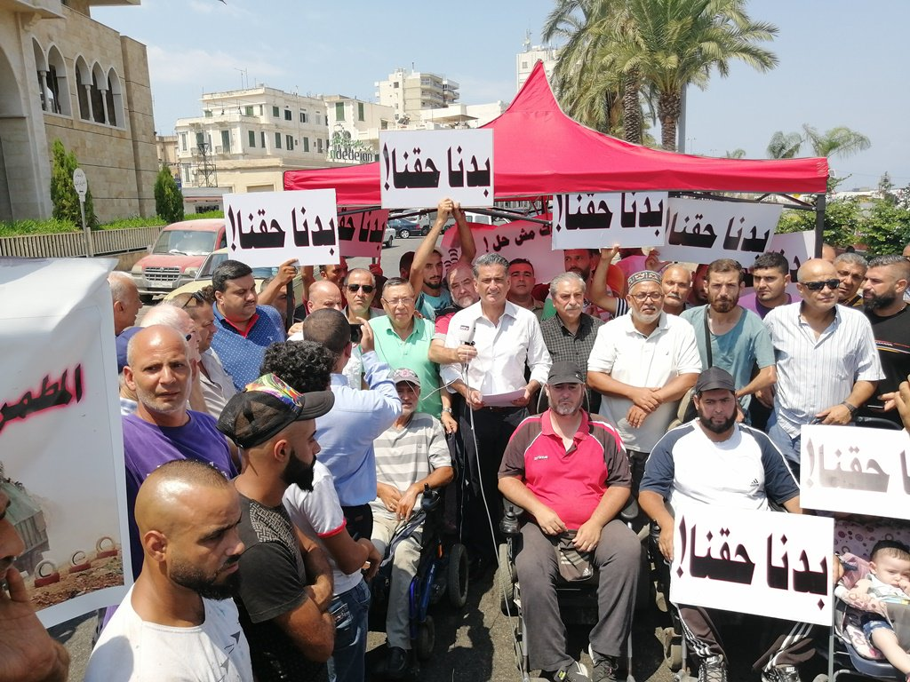 """ذوو الاحتياجات الخاصة يقطعون طريق الميناء احتجاجاً على ازالة أكشاكهم: """"بدنا حقنا"""""""