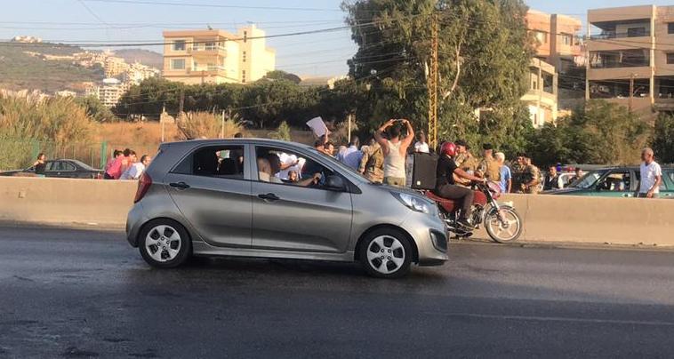 شبان من الناعمة قطعوا الاوتوستراد باتجاه بيروت والجيش يعمل على فتحها