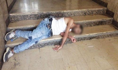 صورة متداولة لرجل مطروح على الدرج في طرابلس...في جيبه زجاجة كحول!