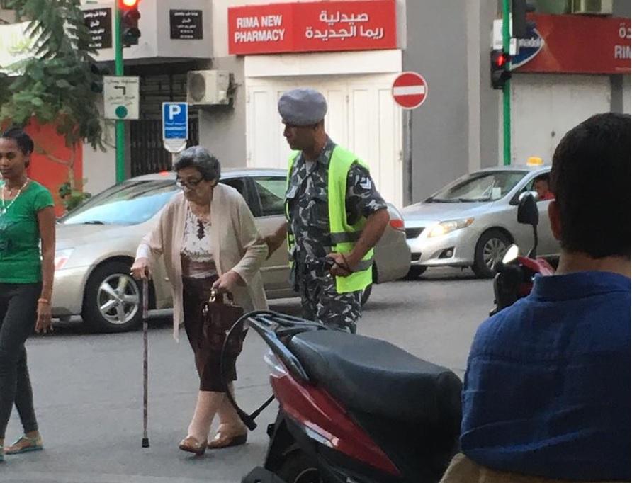"""""""ما زال فيكم ربيع العمر"""".. عنصر من قوى الأمن يتدخل لمساعدة مسنة في مار الياس - بيروت!"""