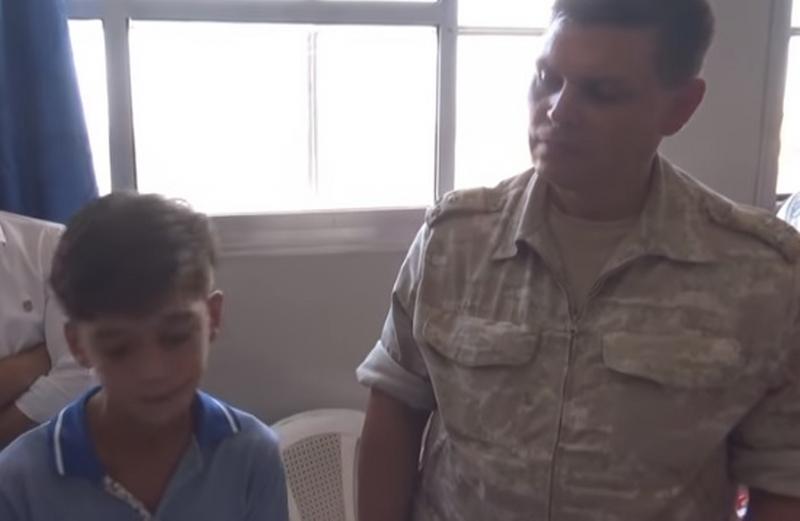 """بالفيديو/ طفل سوري يطرب جنرالا روسيا بموال """"عتابا"""" عن هزيمة """"التلميذ أوباما"""""""