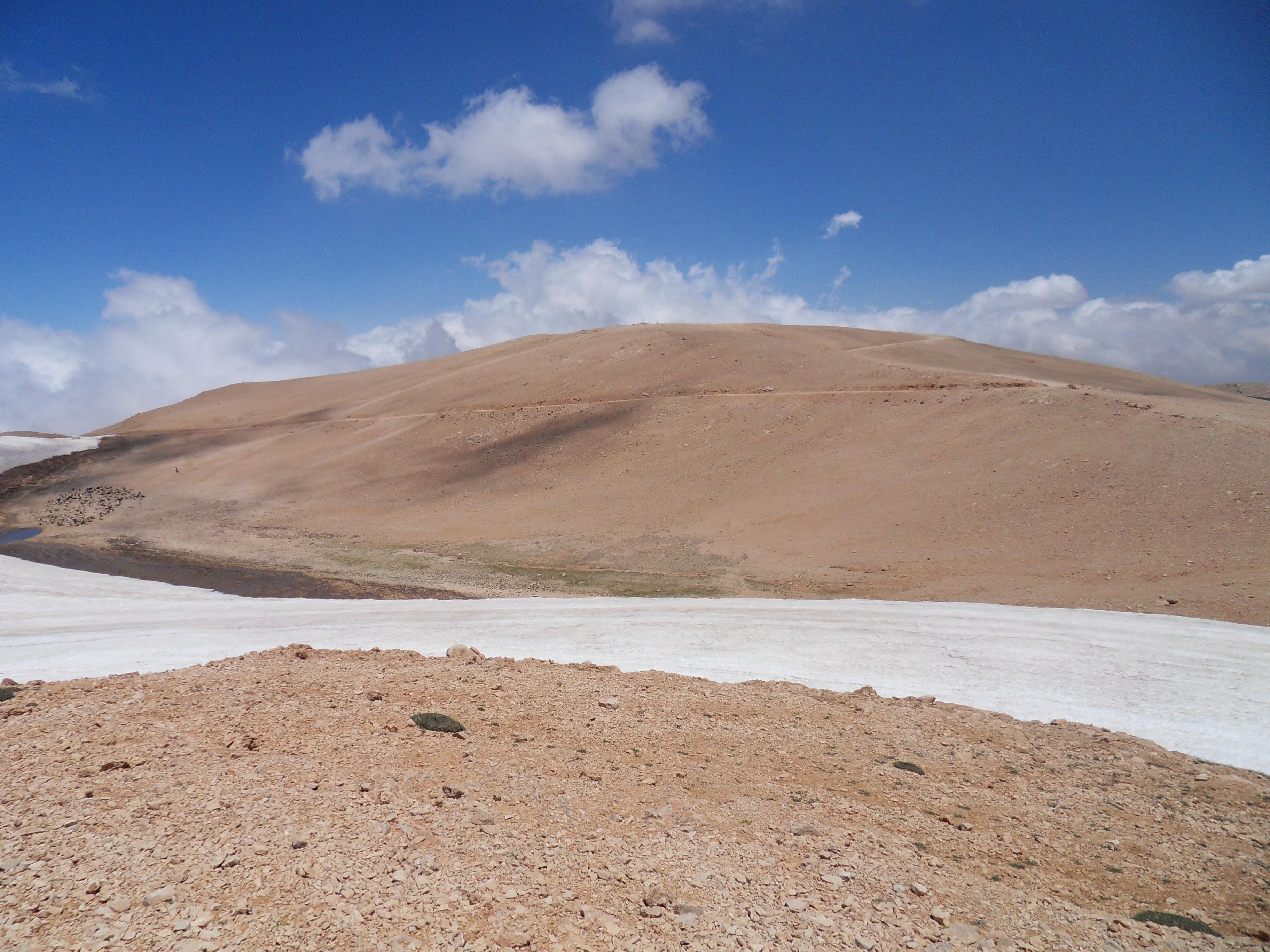 بالفيديو/ الثلوج ما زالت مكدسة في القرنة السوداء بانتظار تراكم الزائر الأبيض لهذا العام