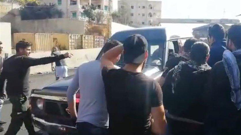 بالفيديو/ شبان على مفرق مجدلبعنا - صوفر لم يسمحوا لدورية درك بالمرور الا بعد وضع حزام الامان!
