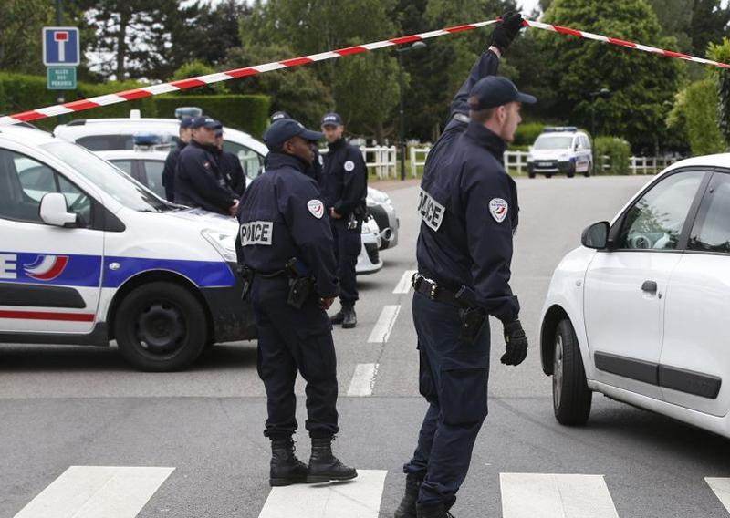 جريمة مروّعة نفذها لبناني في فرنسا...قتل والديه وشقيقته طعناً بالسكاكين داخل شقتهم في مدينة كانيه