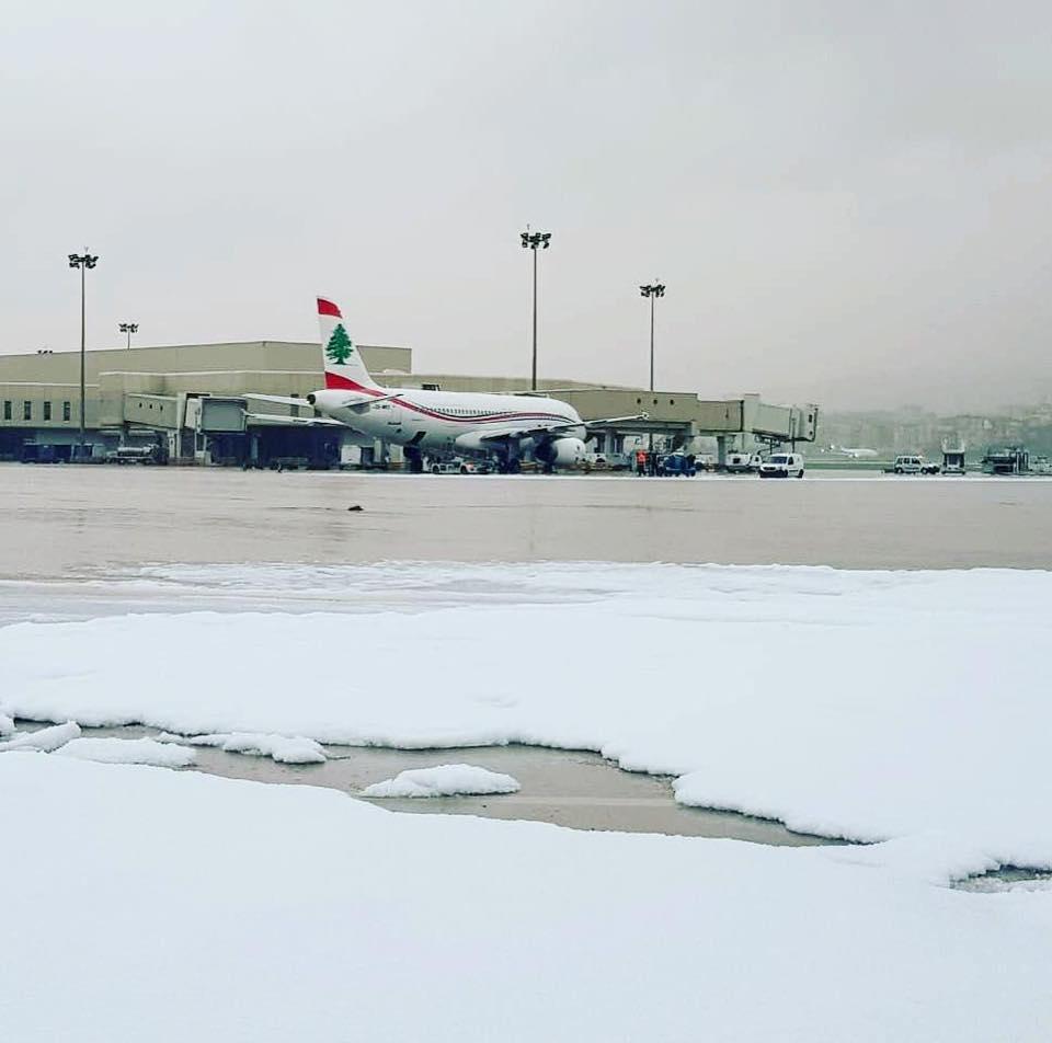 ثلوج  على مدرج مطار بيروت الدولي