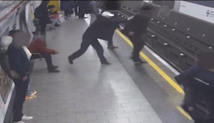 بالفيديو/ دفع رئيس الشركة على قضبان مترو أنفاق لندن ورجل عربي انتشله بدقيقة واحدة قبل مرور القطار !