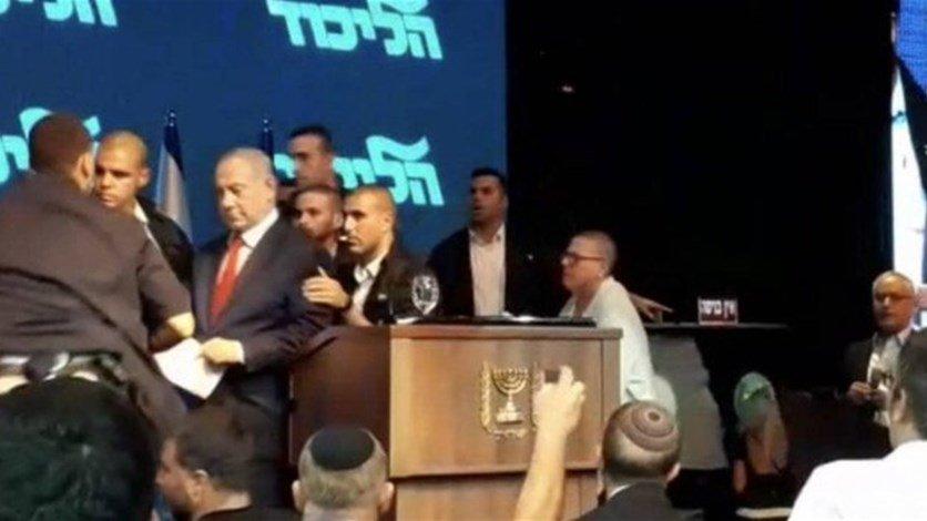 بالفيديو/ لحظة اخلاء نتنياهو بعدما دوت صافرات الانذار في عسقلان